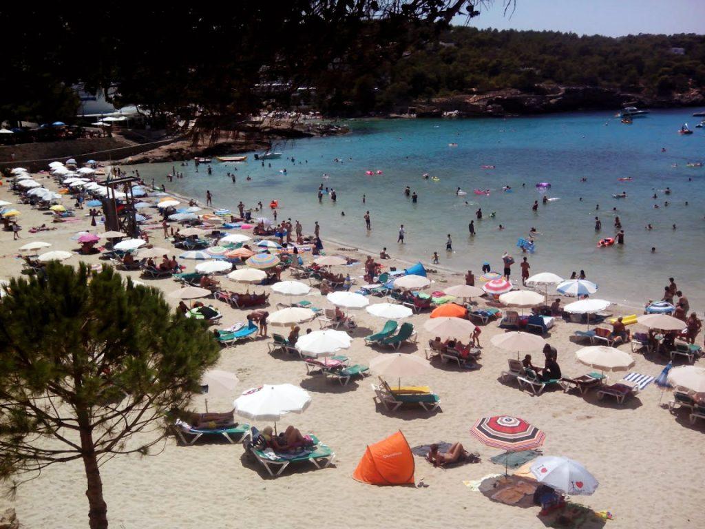 La playa de s'Arenal Gros, en Portinatx, destaca por su arena blanca y aguas transparentes