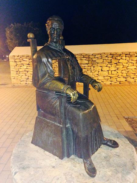 El monumento a Abad y Lasierra y la curiosa posición de sus pies.