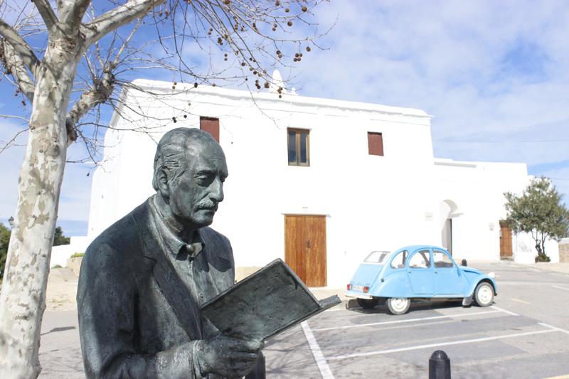 Estatua de Marià Villangómez, frente a la iglesia de Sant Miquel
