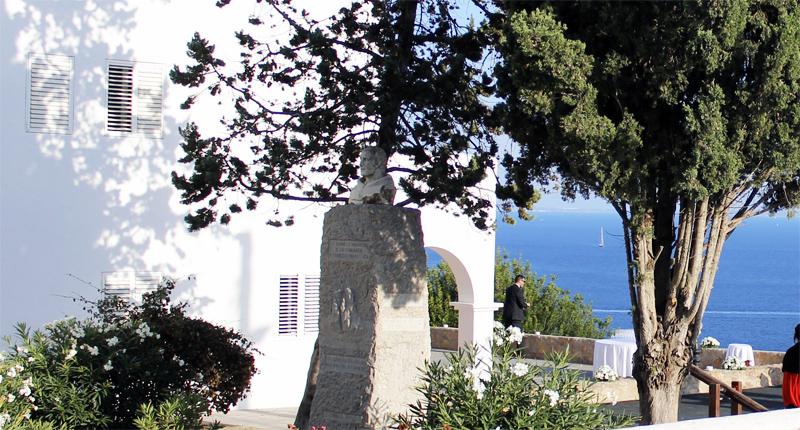 Monumento al Padre Palau, junto a la iglesia de Es cubells