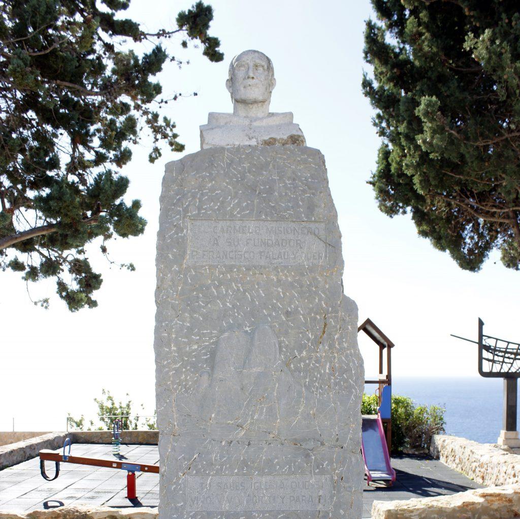 El busto del Padre Palau se encuentra sobre un alto pedestal de piedra.