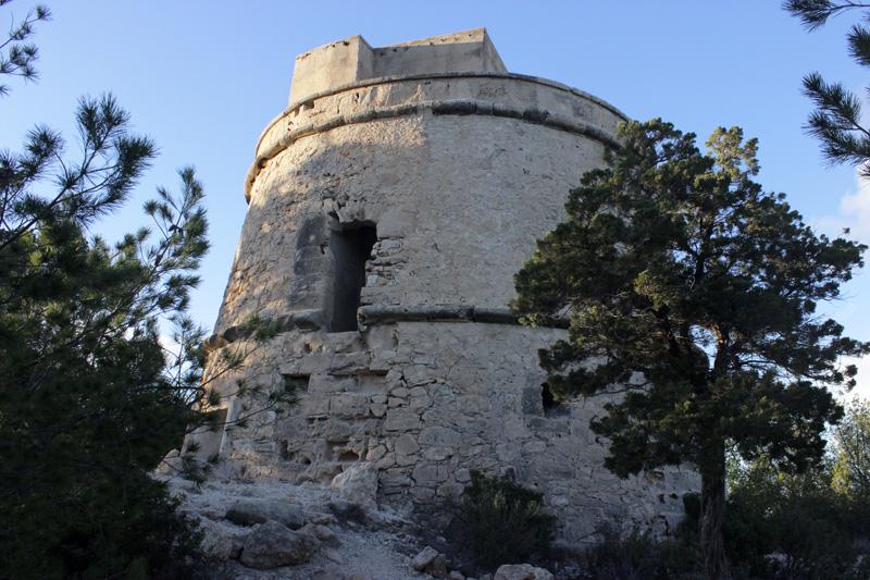 La Torre de Portinatx muestra la puerta de entrada en el primer piso.