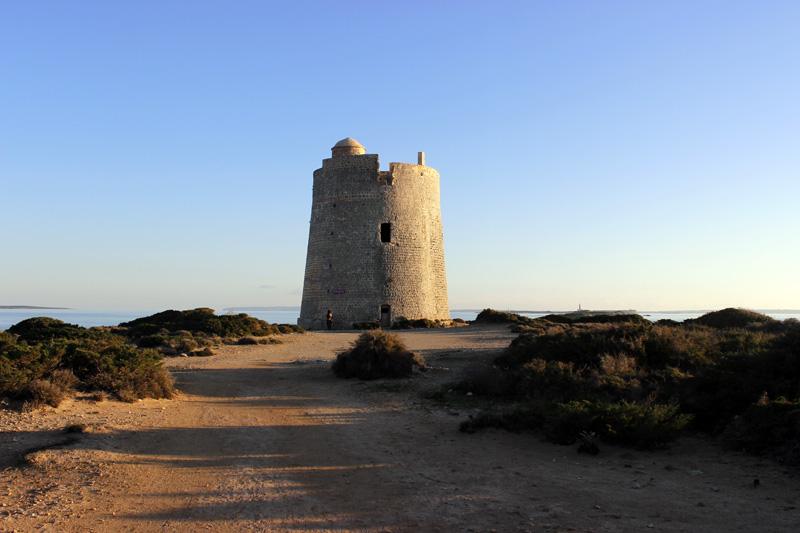 La Torre de Ses Portes se alza imponente entre Es Cavallet y Las Salinas