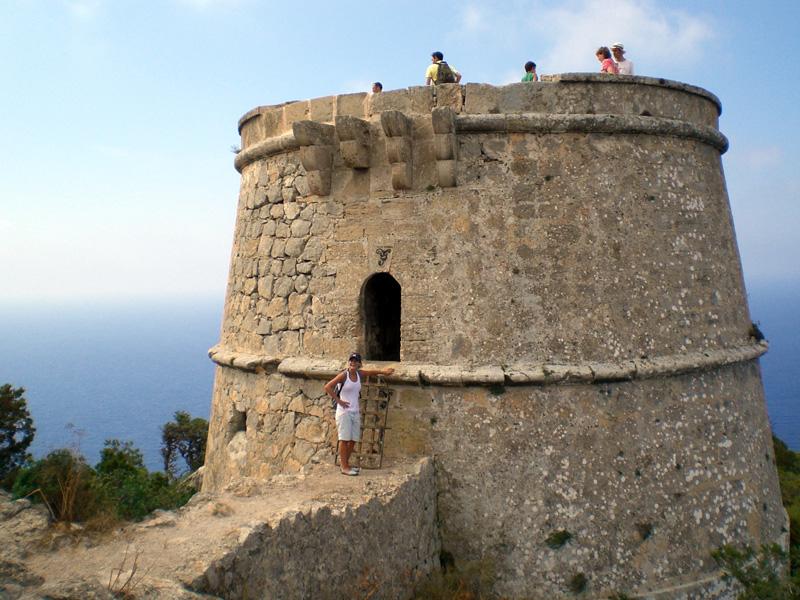 La entrada de la Torre des Savinar se realiza por el primer piso.
