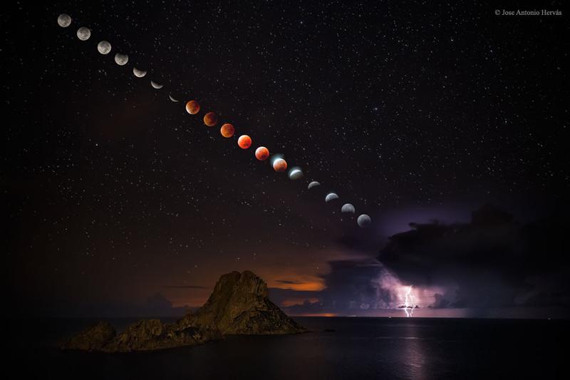 Un montaje captando las diferentes fases de un eclipse de sangre sobre Es Vedrà. Foto: José Antonio Hervás