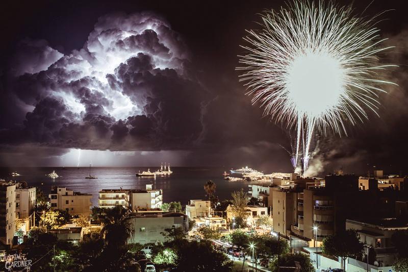 A la izquierda, tormenta eléctrica. A la derecha, fuegos artificiales de las fiestas de Figueretas. Foto: Justin Gardner