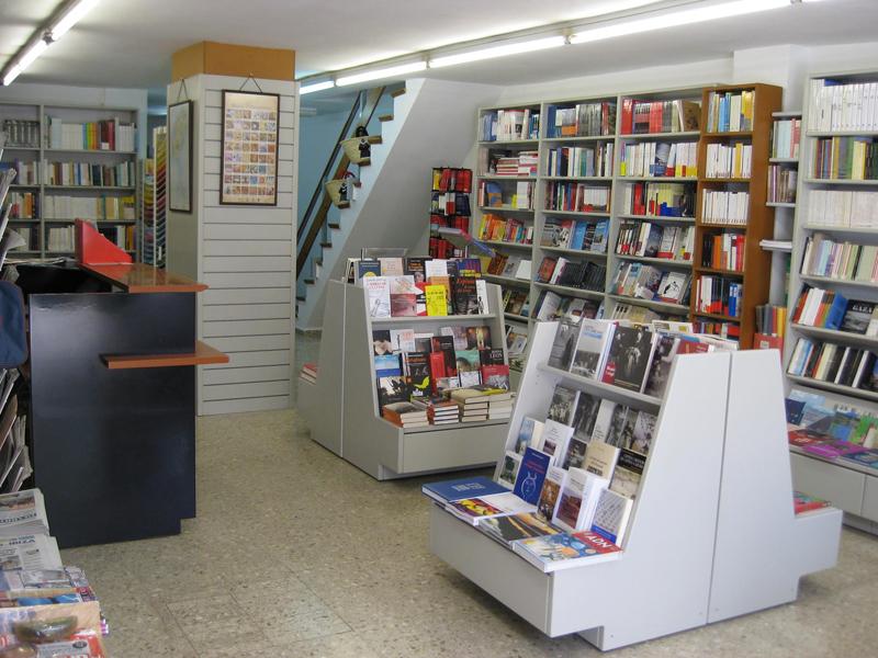 Interior de la llibreria Mediterrània