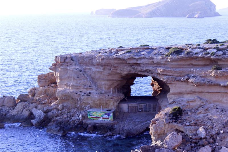 Detalle del puente de piedra, bajo el que los pescadores han construido sus casetas. A la izquierda se distinguen las escaleras.