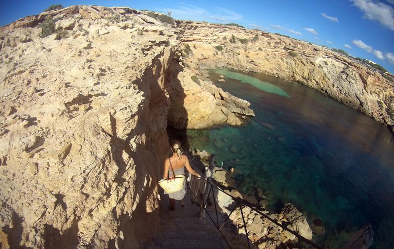 Estas empinadas escaleras descienden hasta el mar