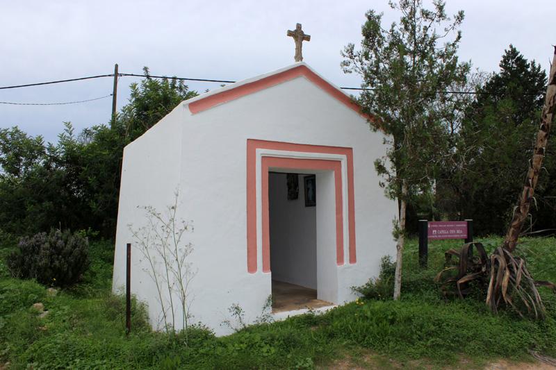 La pequeña capilla de Can Beia, junto a la carretera que une Sant Josep y Sant Agustí