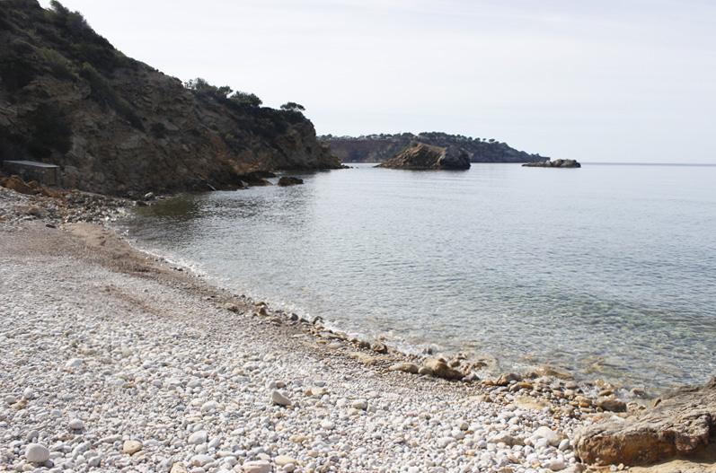 Las piedras redondeadas, conocidas como còdols, dificultan el acceso al agua.
