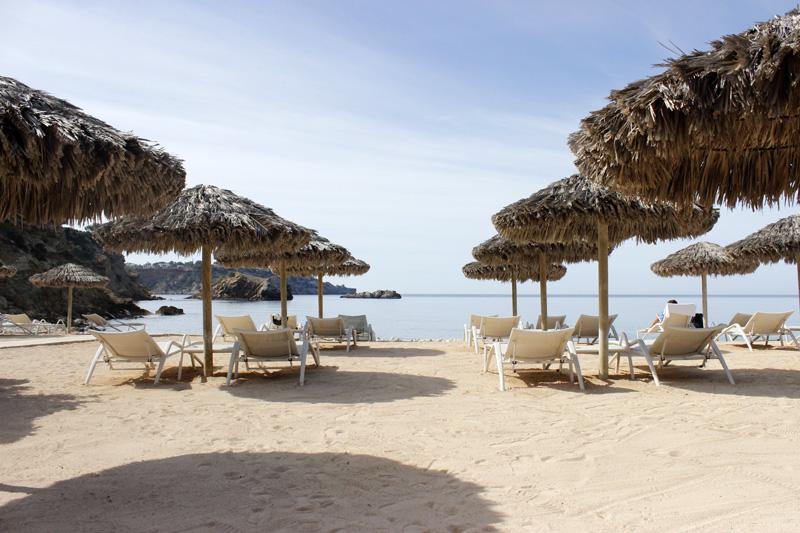Hamacas y sombrillas ocupan gran parte del espacio de esta playa.