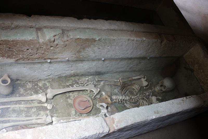 En el interior de los hipogeos es posible ver restos tal y como se descubrieron en el interior del Puig des Molins