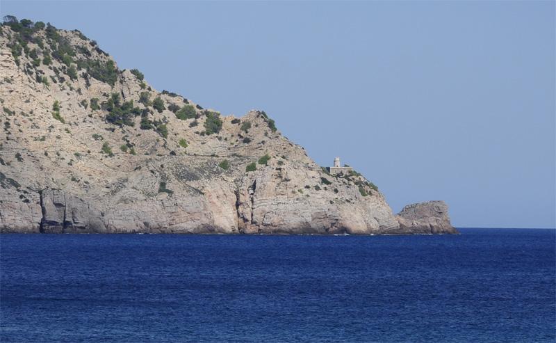 El faro de Punta Grossa, visto desde la playa de Es Figueral. Foto: Alan Ripoll