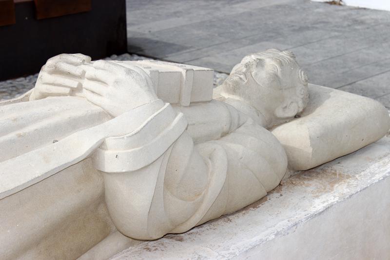 Detalle de la figura de Guillem de Montgrí, sujetando un libro sobre el pecho.