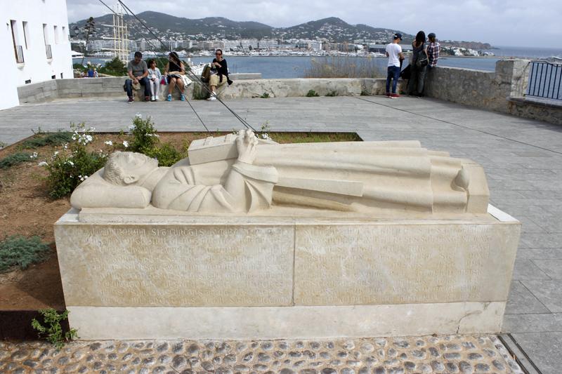 Estatua de Guillem de Montgrí, junto al Ayuntamiento de Ibiza