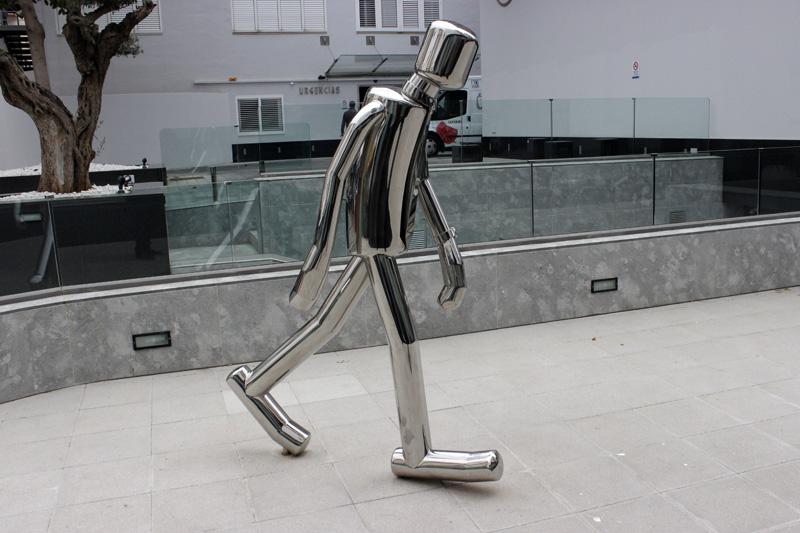 Figura del muñeco metálico