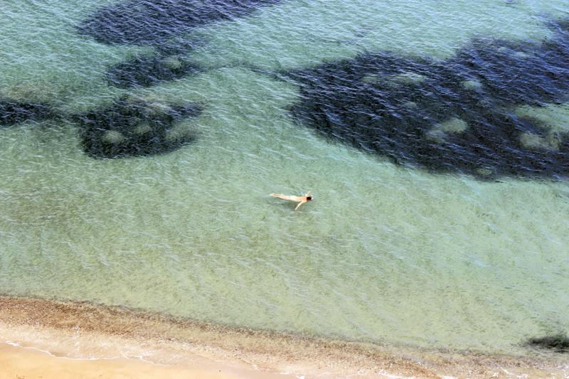 Un nudista disfrutando de las aguas que rodean Es Racó des Paller d'en Camp