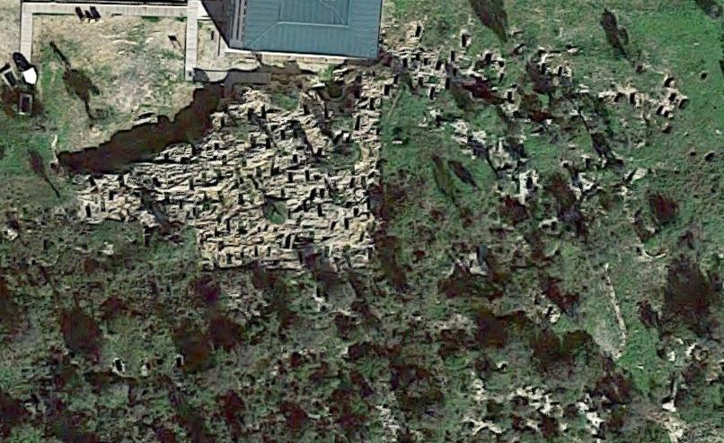 A vista de pájaro, el Puig des Molins parece un queso. Todos los agujeros son hipogeos. Fuente: Google Maps