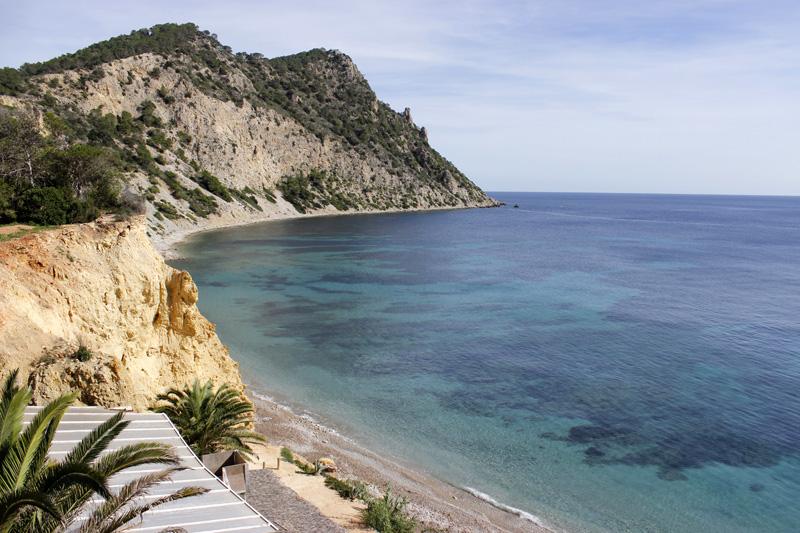 La playa se encuentra rodeada de montañas. Al fondo, Es Cap des Llibrell