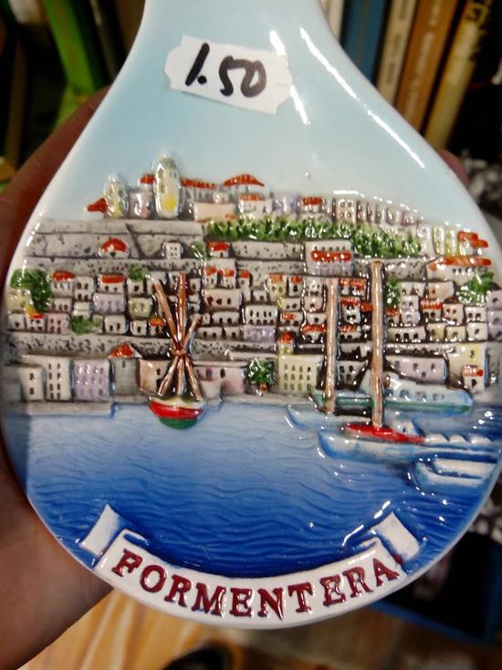 Este cucharón de cerámica tiene un dibujo más o menos parecido con Dalt Vila (Ibiza). El problema es que el letrero indica 'Formentera'.