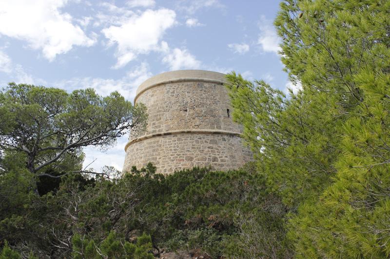 Vista de la Torre d'en Valls (o de Campanitx) desde el mirador de Tagomago