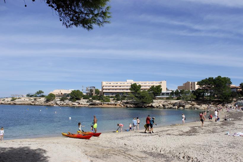 Junto a Port d'es Torrent se levantan diferentes hoteles, restaurantes y servicios turísticos.