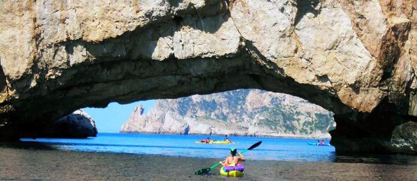 El arco bajo el que podemos navegar en 'Sa Foradada' (Ses Margalides)