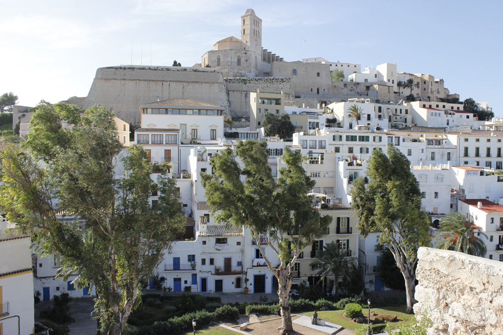 La catedral, murallas y viviendas de Dalt Vila, la capital de Ibiza
