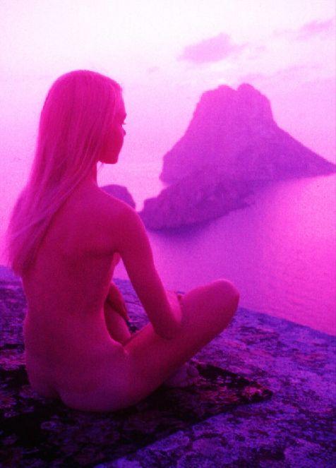 Imagen de los años 70 de una chica meditando frente a Es Vedrà. Autor desconocido