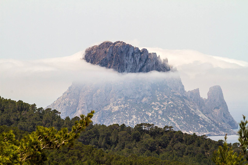 Una imagen del islote de Es Vedrà, cubierto por la niebla. Foto: Toni Escobar