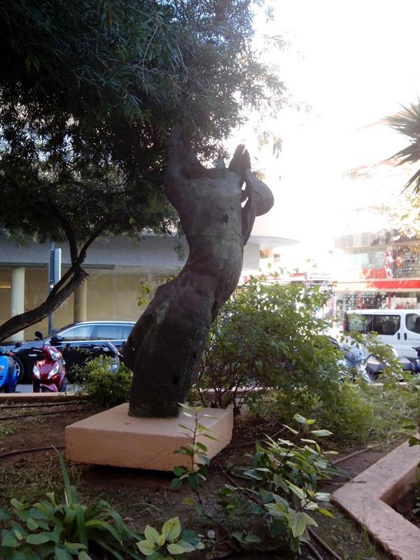 El Monumento simula un cuerpo de mujer o un tronco de olivo, en función de cómo lo miremos.