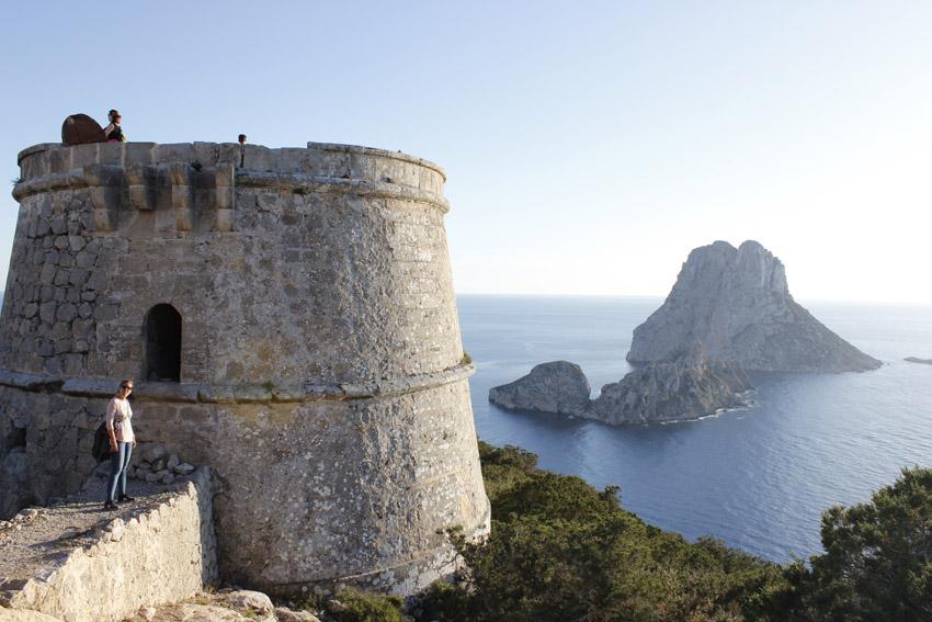 La torre des Savinar sobre el impresionante acantilado con vistas a Es Vedrà