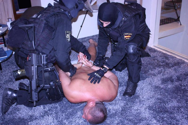 Los agentes tuvieron que sacar al líder de la banda de la habitación del pánico que había construido en su casa. Foto: Policía Nacional.