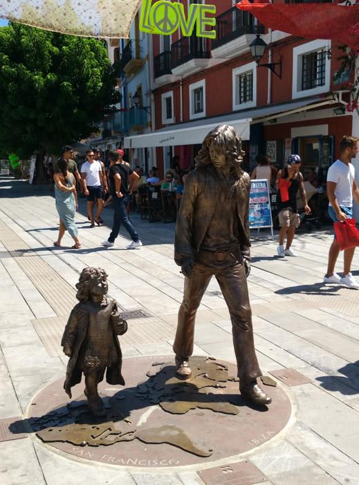 Imagen del monumento a los hippies, en la misma perspectiva que la fotografía original.