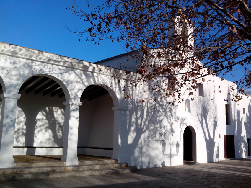 El porche de la iglesia se sitúa a un lado del templo