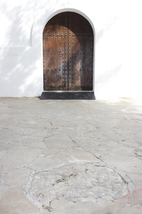 El 'mac de fer trons' que se encuentra frente a la puerta de la iglesia