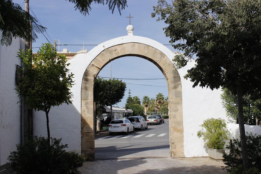 Una de las puertas de acceso a la calle peatonal donde se encuentra la iglesia