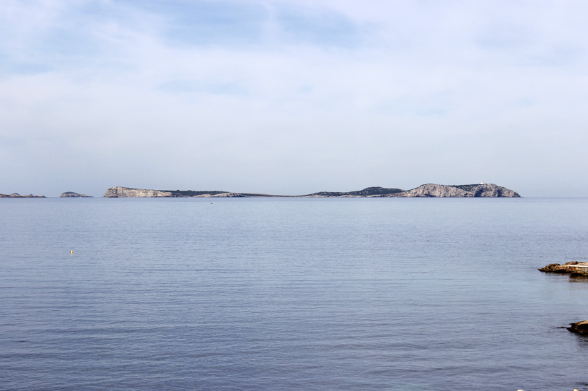 El islote de Sa Conillera, desde el Faro de Ses Coves Blanques
