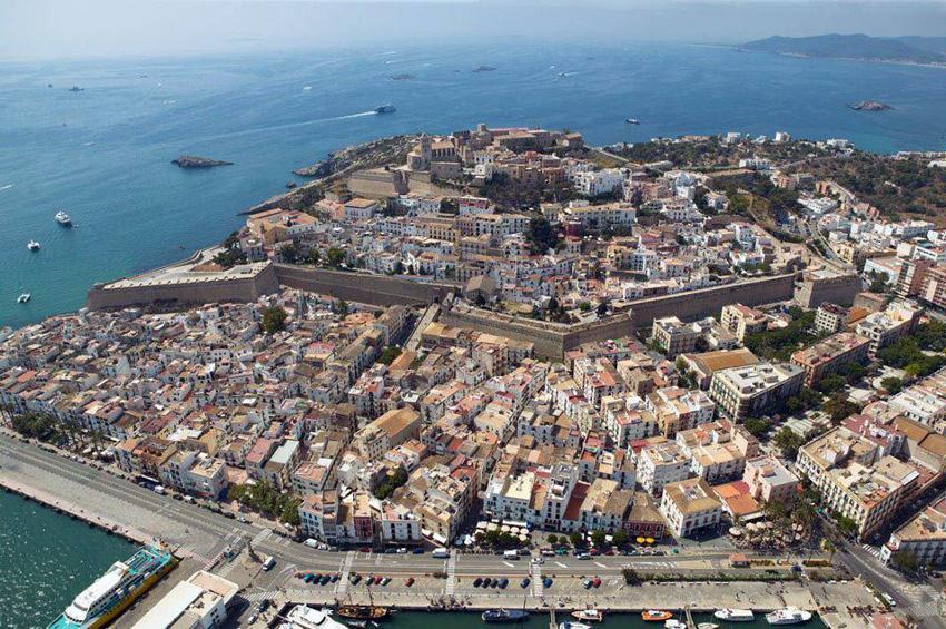 La ciudad amurallada de Dalt Vila desde las alturas.