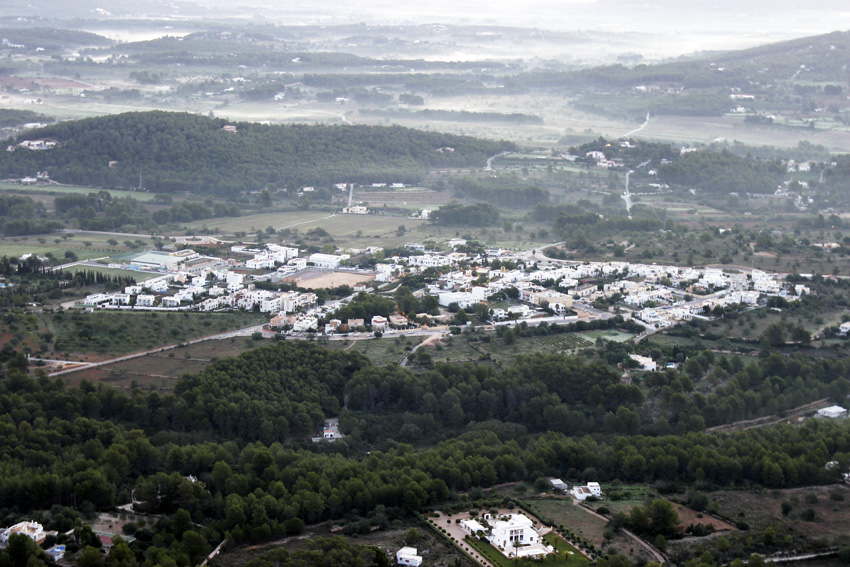 El pueblo blanco de Santa Gertrudis y su pequeño tamaño visto desde las alturas