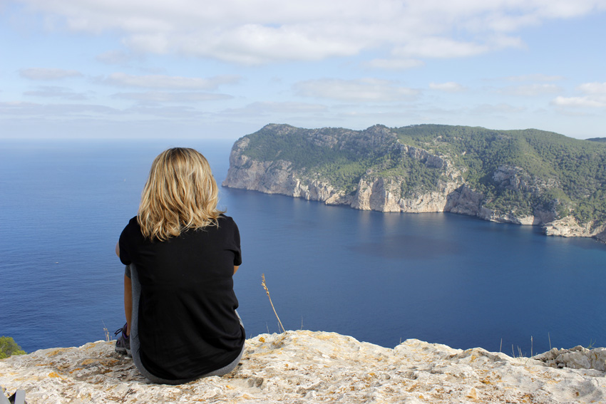 El Norte de Ibiza se muestra exuberante en marzo. En la foto, observando Cala Aubarca.