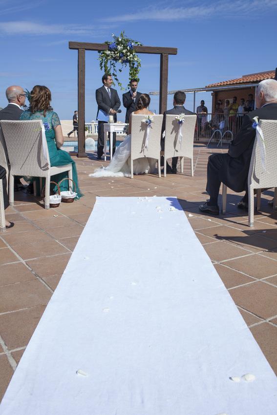 Un momento de la ceremonia en el Hotel Cala Blanca: ¡Tuvimos mucha suerte, hizo un día soleado!
