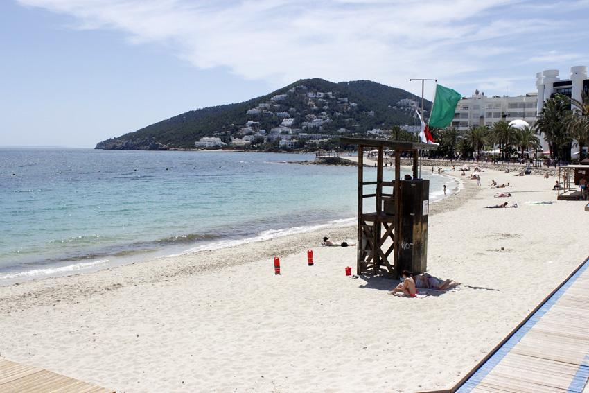 Playa de santa eul ria des riu gu a de la isla de ibiza ibizaisla es - Santa eularia des riu ...