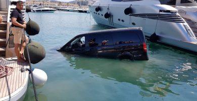 furgoneta se hunde en el puerto de ibiza
