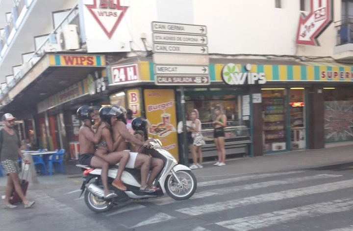 cuatro turistas en moto ibiza